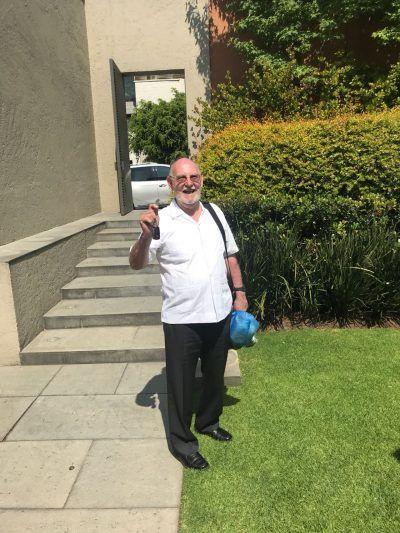 Gonzalo saludando en un jardín.