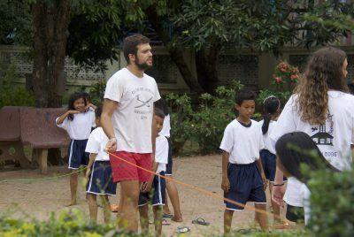 Jorge jugando con los niños