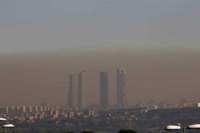 """Imagen del cielo de Madrid con las """"Cuatro Torres"""" al fondo"""