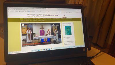 Ordenador con la retransmisión de una misa.