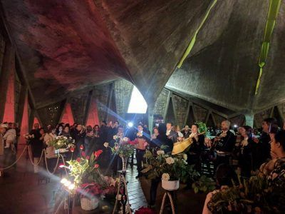 Mariachis cantan al cuadro de la Virgen de Guadalupe