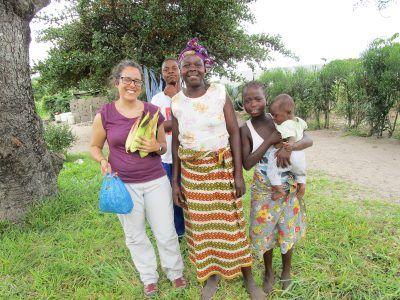 Pilar con una familia de Mozambique