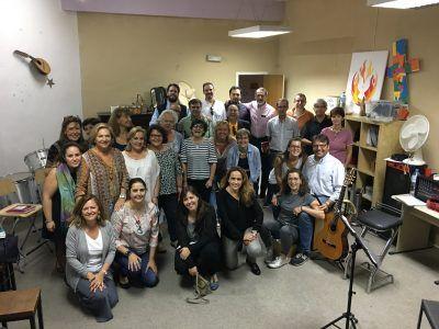 Personas de varios coros ensayando.